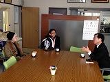 校長先生と歓談する花村さん(左)